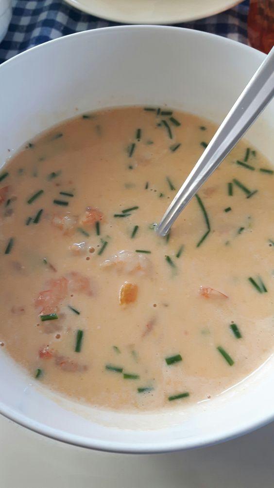 Zelfgemaakt - Heerlijke soep!!! Grote garnalen bakken in boter, uit de pan halen en apart houden. Uitje, knoflook en paprika bakken in dezelfde pan, beetje gember meebakken. Dan rode currypasta erdroorheen. Kokosmelk erover. Beetje verse peper. Laten inkoken tot het de gewenste dikte heeft. Garnalen erbij en nog even doorwarmen. Geen exacte hoeveelheden. Alles naar smaak. Hij was heerlijk pittig op een hete dag. Vers gebakken broodje erbij. Genieten!!!!