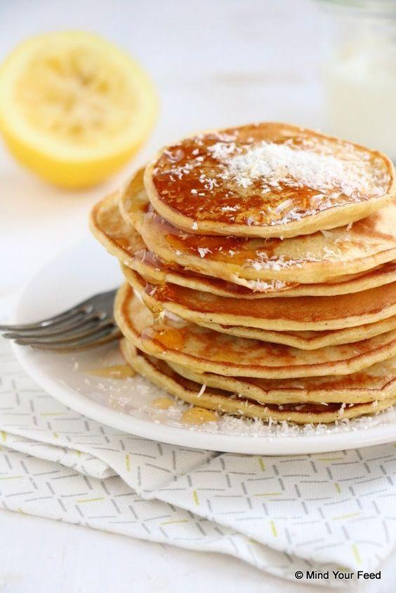 Citroen yoghurt pannenkoeken - 50 gr (spelt)bloem- 150 ml Griekse yoghurt- 2 eieren- 1,5 el (palm/oer/kokosbloesem, of gewone) suiker- snuf zout- 1/2 tl bakpoeder- 1 citroen (1 tl sap + 1 tl rasp)- 1/2 tl vanillepoeder- honing/kokos ter garnering-ont olie om te bakken- Mind Your Feed