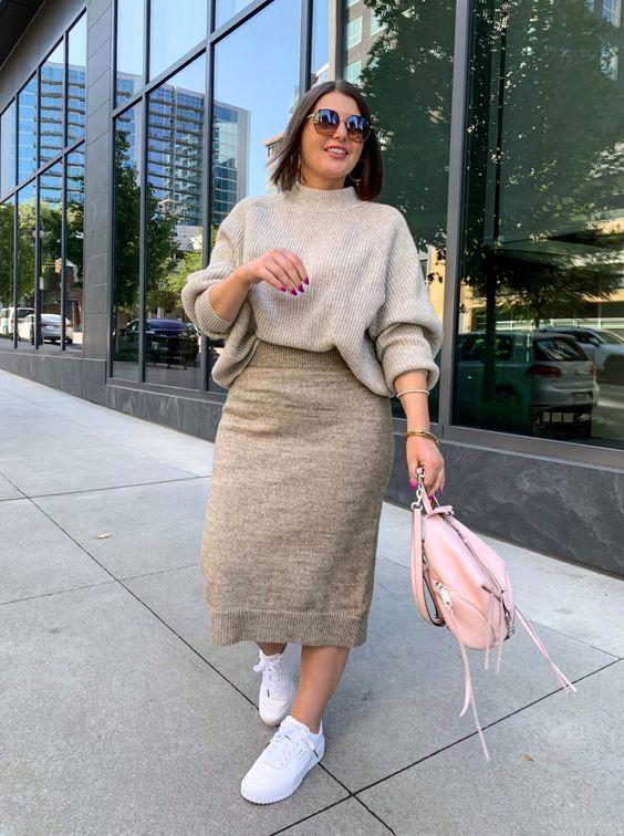 Mujer plus size con ropa beige