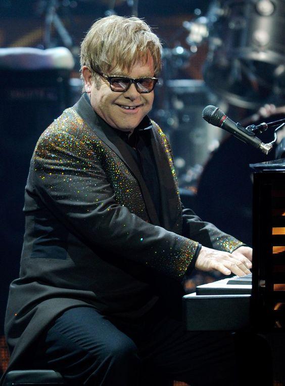 Pin for Later: Le Saviez Vous? Ces 55 Stars de la Musique Ont Changé de Nom Avant de Devenir Célèbres Elton John = Reginald Kenneth Dwight