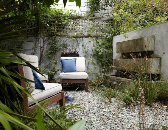 innenhof gestalten bilder pflastersteine kunstgras gartenbrunnen sitzecke stauden innenhof. Black Bedroom Furniture Sets. Home Design Ideas