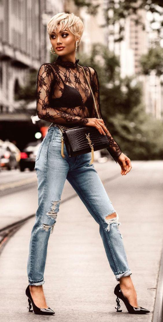 Scarpin: como aproveitar esse coringa em infinitos looks. Blusa de renda preta com manga, calça jeans desfiada, scarpin preto saint lurent