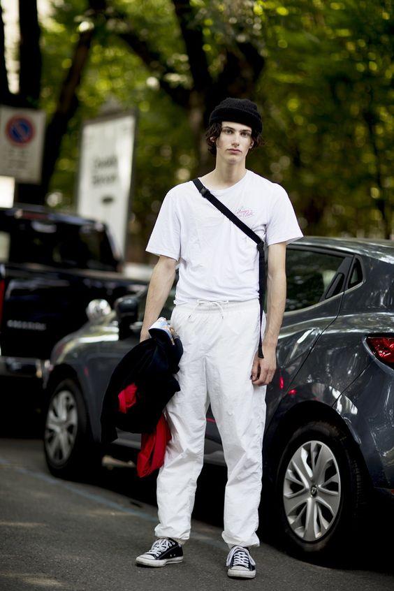 白Tシャツ海外メンズコーデEl mejor streetstyle de la semana: el pantalón blanco resolverá todos los looks del buen tiempo