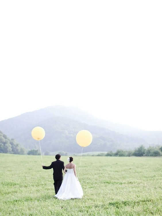 Balloons in wedding photos = YES! I wish we could have done this..
