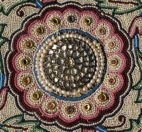 Tapis de perles de Baroda Inde, 19e siècle commandé par le sultan Gaekwar Khande Rao (1828-1870) 2,64 x 1,73 mètres recouverte de 1,5 à 2 millions de perles naturelles récoltées depuis les côtes du Qatar et de Bahreïn. Au milieu du tapis, il y a trois grandes rosettes faite de 2.500 diamants taillés en rose, placés dans un pommeau d'argent et d'or noirci. Plus de 1.000 rubis et 600 émeraudes colombiennes peuvent y être admirés.