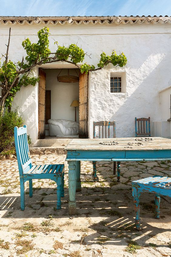 Azul gastado - AD España, © Belén imaz En el patio que une los dos volúmenes de la casa, mesa y sillas compradas en la India.:
