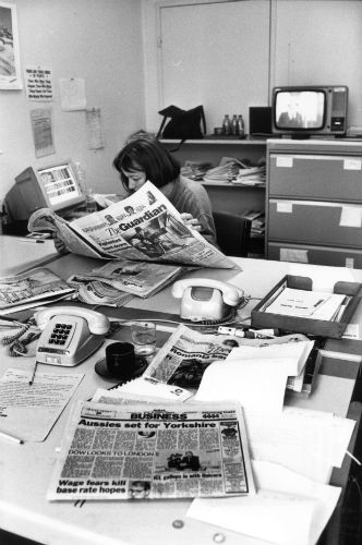 Reading foreign newspapers is also part of daily work. (swissinfo archive)