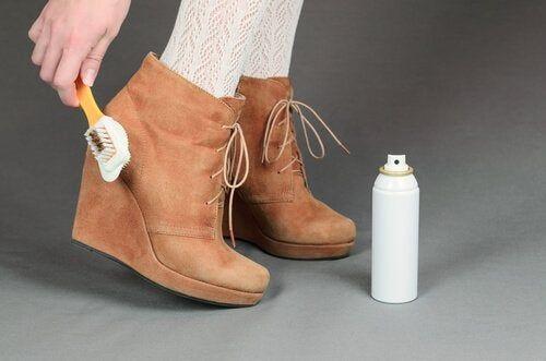 Poznaj Wlasciwy Sposob Czyszczenia Kazdego Rodzaju Butow How To Clean Suede Clean Suede Boots Suede Boots