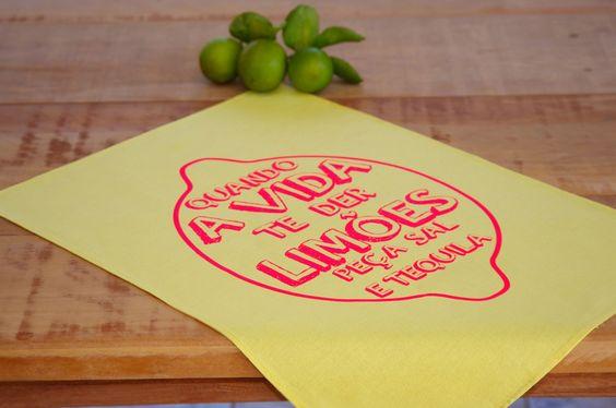 Panos de Prato com design, por uma cozinha mais descolada e divertida! <br> <br>Pano de Prato confeccionado em tecido 100% algodão, na cor amarela, e estampa em silk-screen com tinta rosa neon. <br> <br>Medida: 61cm x 47cm <br> <br>Fotos ilustrativas, podendo haver pequena variação na cor do produto. <br> <br>Se você quiser com outra cor de tinta, nós fazemos! É só entrar em contato! Personalizamos produtos para o seu evento.