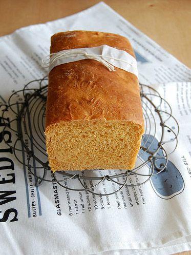 boa composição: embalagem do pão, jornal em baixo