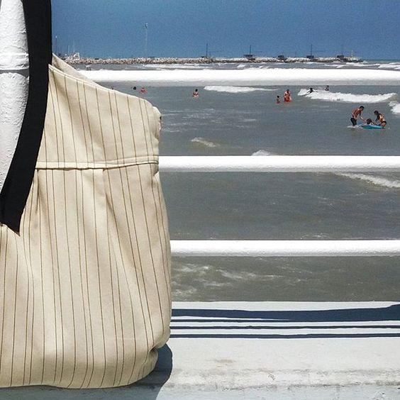 due cose in borsa e poi di corsa in spiaggia  #eqbags #maxibag #bags #borse #handmade #madeinitaly #summerstyle #sea #stripes #accessories #holidayspirit #relax #rotondaamare #vintage #senigallia #igersitalia