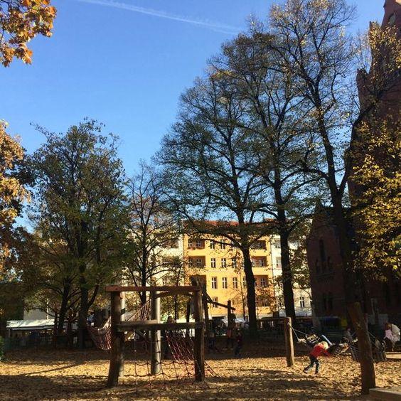 Nach dem Wochenmarkt, der heute wahnsinnig voll war, auf dem Spielplatz #Sonne tanken! #berlin #charlottenburg #welovecharlottenburg @ Wochenmarkt Karl-August-Platz