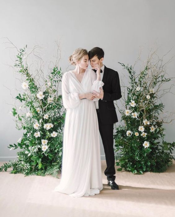 decor romantic nunta instalatie florala verdeata flori albe crengute
