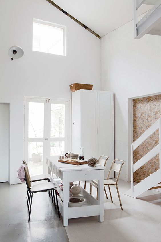 minimalistische Gestaltung und ein Akzent   roter Sessel
