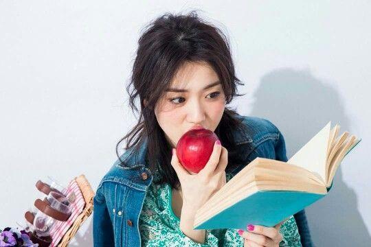 リンゴをかじる大島優子