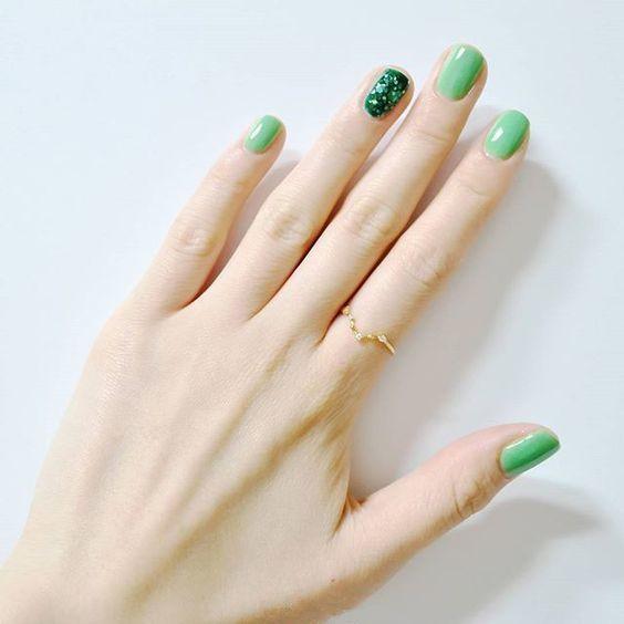 ทาเล็บสีเขียวอ่อน