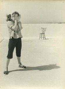 Victor Palla, Sem Título (mulher e cadeira), c. 1954, Col. Part. Aqui, a figura de pé sobre um plano do solo liso e indefinido que se eleva até uma linha de horizonte elevada, com a cadeira à distância e uma intrigante diferença de escala, recorda as fotografias do japonês Shoji Ueda (e em concreto a sua série de retratos nas dunas, de 1949-50).