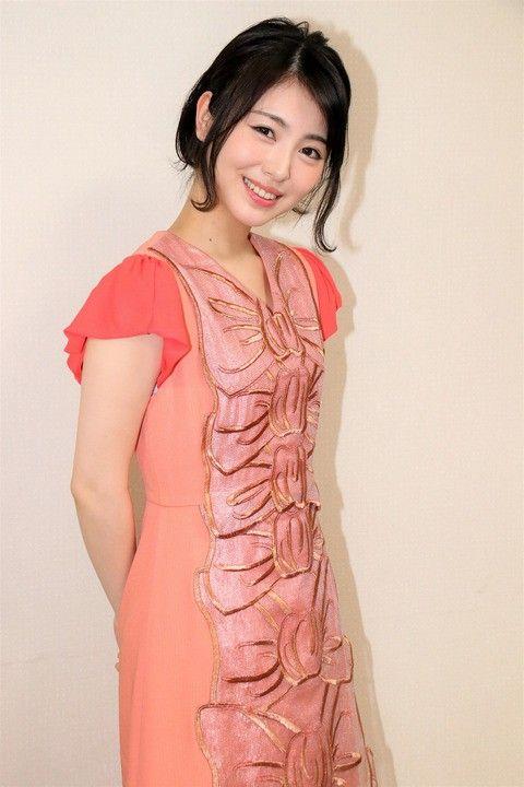 ピンク系統の服の浜辺美波
