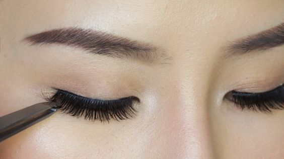 How to Apply False Eyelashes For Beginners: