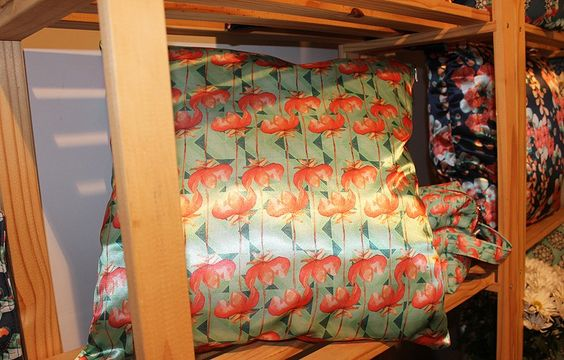 As almofadas de Marcella Riani são cheias de bossa, com estampas bem atuais. www.marcellariani.com