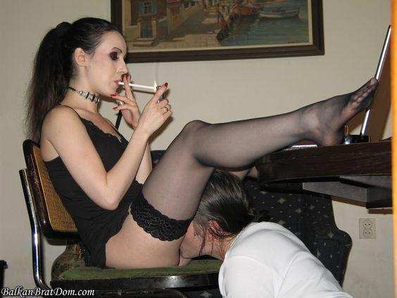 Ein Sklave kann auch bei der Erledigung der Korrespondenz der Herrin helfen ohne das Briefgeheimnis zu gefähren.