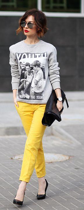 Essa calça skinny amarela + moletom + batom vermelho = arraso: