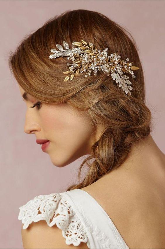 lässiger Seitenzopf und floralem Haarschmuck