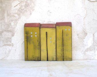 Il legno è anche uno dei miei materiali preferiti, così ho fatto una raccolta di questi rustici Case in legno vecchio look. Tutte le case sono fatte da legno riciclato, per lo più da spazzatura parti delle costruzioni in legno che usiamo nei set di film/teatro costruzione. Ho avuto la fortuna di lavorare con un falegname molto gentile che è piaciuta lidea e mi ha aiutato molto a rendersene conto.  Tutte le case sono dipinte con colori acrilici e verniciate con vernice a base dacqua chiara…