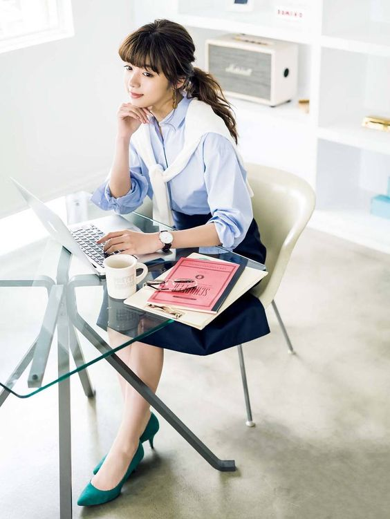 パソコンを操作する池田エライザ