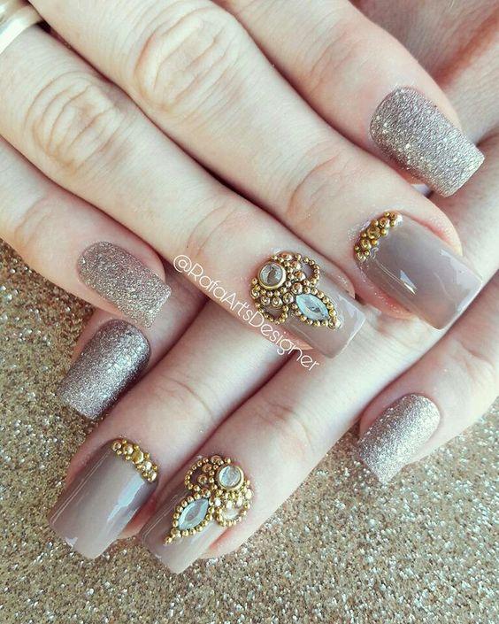 Unhas decoradas com jóias #NailArt 💅🏻 #Nude