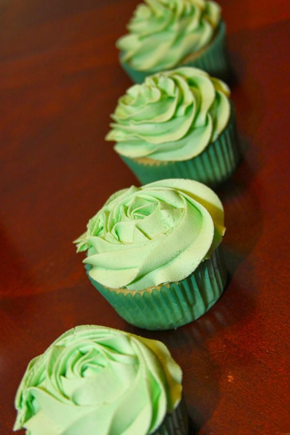Cupcake Decorating Ideas With Buttercream Icing : My Favorite Buttercream Frosting and ShayShay s Cupcakes ...