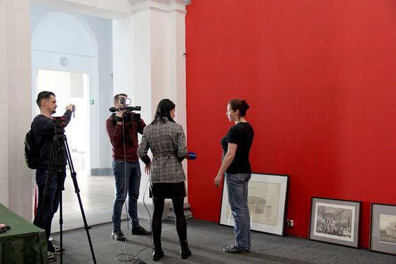Идет монтаж выставки, одновременно идет съемка репортажа. Фото Жени Шведы