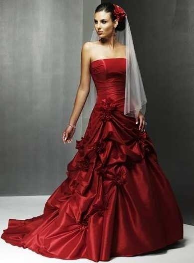 Abito da sposa rosso drappeggiato