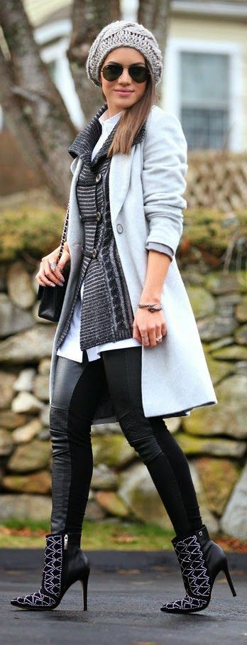 Camila Coelho com look de inverno: trench coat azul bebê, gorro cinza, calça de couro e botas pretas.: