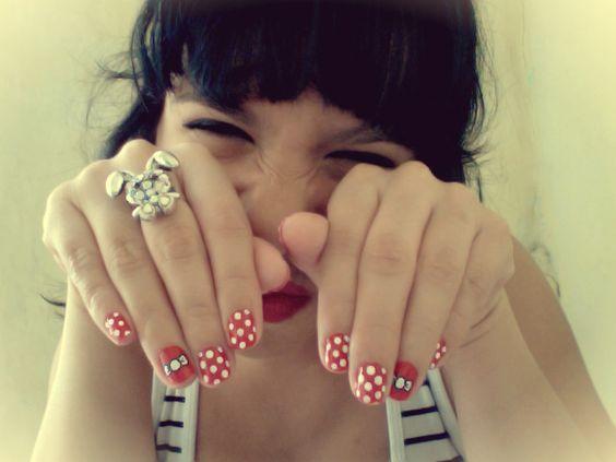 Unos puntos armaron un motín y se apoderaron de mis uñas.  Arte by: Catalina Chaverra