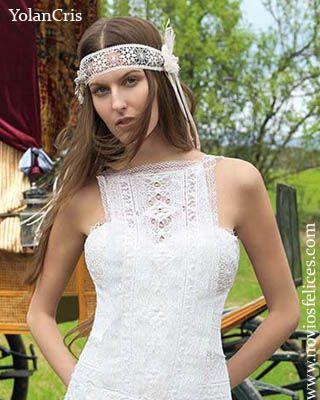 Original diadema de croché con aplicaciones textiles y plumas colocada cruzando la frente de la novia: