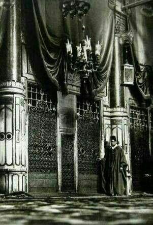 صوره قديمة للشبيكة الذهبيه أمام قبر خير خلق الله محمد صلى الله عليه وسلم