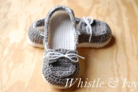 Free Crochet Pattern - Get the free pattern for these comfy and cute crochet boat slippers! {Pattern by Whistle and Ivy}