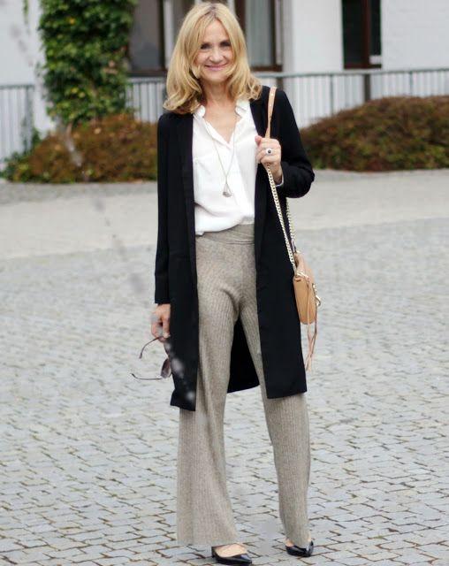 Weite Hosen zu Bluse und Strickmantel