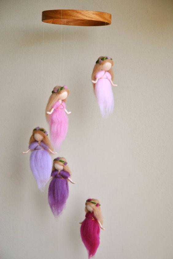 Waldorf aiguille inspiré feutré mobile : The Rose et violet fées de laine de couleurs