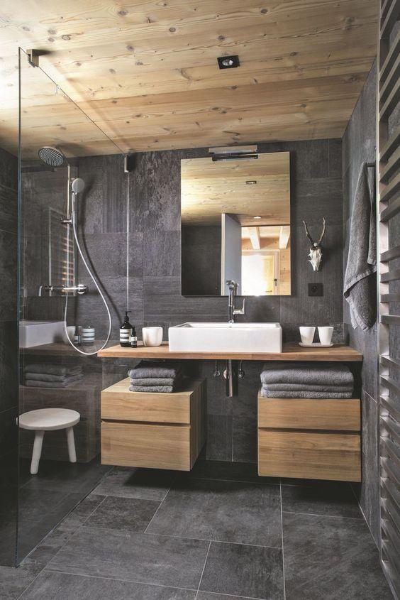 Décoration de salle de bain avec des matériaux naturels comme le bois et la pierre