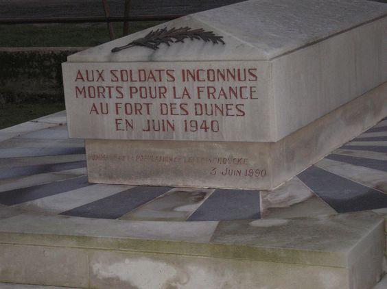 Aux soldats inconnus morts pour la France au Fort des Dunes en juin 1940.   Quand ils se sont enrôlés, ils portaient un nom, ils étaient d'un régiment et ils venaient d'un Pays.  C'est du -- va-vite -- que de les déclarés -- soldats inconnus --