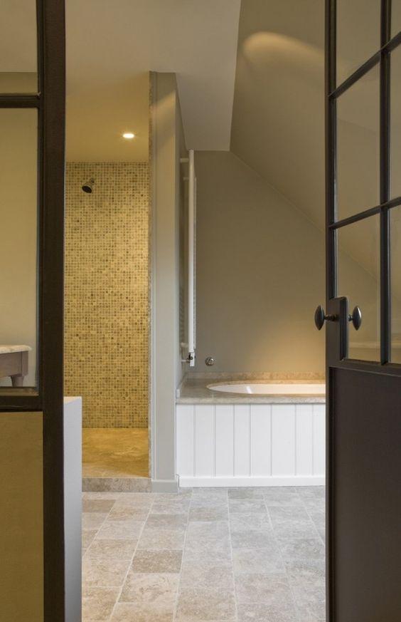 20170417&012201_Badkamer Wit Gestuct ~ Mooie lichte badkamer met Travertine vloertegels Verkrijgbaar bij