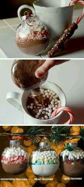 Bolitas de decoración rellenas cn ingredientes para un rico chocolate caliente