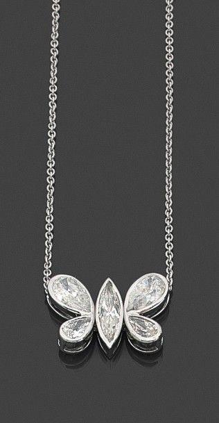 Collier en or gris 18K (750) formé d'un papillon stylisé serti de diamants navette ou piriformes 2.95 cts coupant une chaîne à maille forçat. Lg.: env. 41 cm Poids brut: 5,72 g - Artcurial Deauville - 15/11/2015