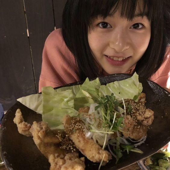 食べ物を見せてくる森七菜ちゃん