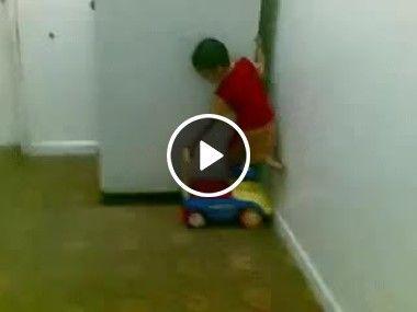 Esse menino é muito esperto guarda carrinho.
