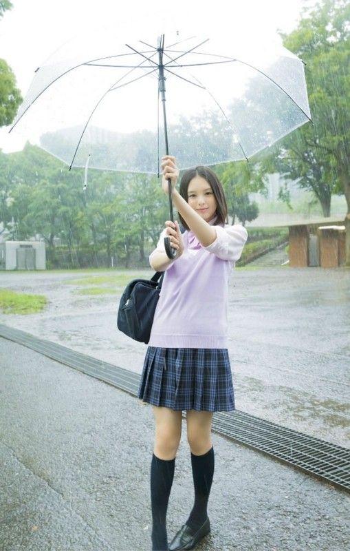 雨の中傘をさしている渡邊璃生の画像