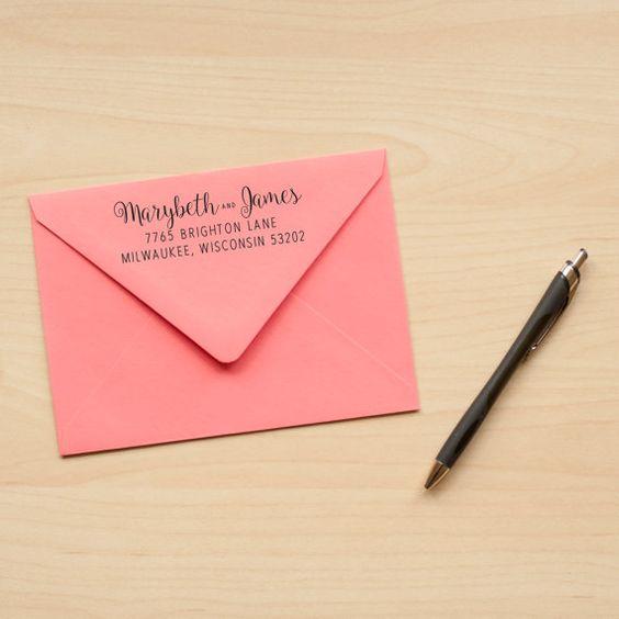 Fügen Sie den letzten Schliff für Ihr Briefpapier mit einem benutzerdefinierten Adressaufkleber Stempel. Jede Marke ist mit Ihren Daten personalisiert. Ein lustiges Kalligraphie Schriften für Ihre Namen vermischt mit eine leicht lesbare Schriftart für Ihre Adresse. Eine tolle Wahl für Hochzeitseinladungen und sparen die Termine!  Diese Holz montierte Stempel werden zum letzten gebaut. Designs sind Lasergravur auf umweltfreundliche Naturkautschuk rot. Möglichkeit, ein Handle oder nicht mit…