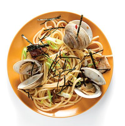Clams briefly cooked with mushrooms and sake, combined with al dente pasta and garnished with nori and scallions: this Japanese-style linguine couldn't come together quicker.